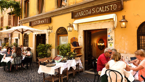 People eating in a restaraunt in Rome